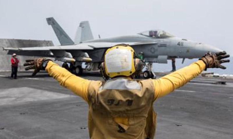 مقاتلة أمريكية تستعد لتوجيه ضربة لتنظيم الدولة الإسلامية - 3 حزيران 2016 (رويترز)
