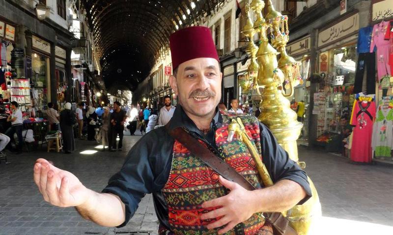 رجل سوري يبيع مشروب التمر الهندي في سوق الحميدية (AFP)