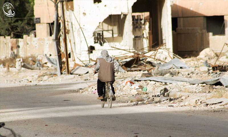 رجل يقود دراجته في مدينة داريا المحاصرة - 3 حزيران 2016 (المجلس المحلي لمدينة داريا)