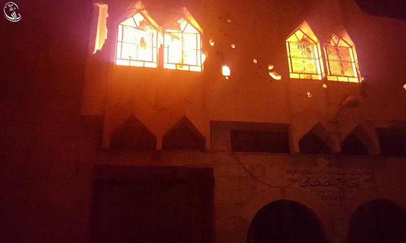 نشوب الحرائق في مسجد المصطفى في مدينة داريا، جراء استهدافه بالبراميل المتفجرة، الأربعاء 8 حزيران (المجلس المحلي).