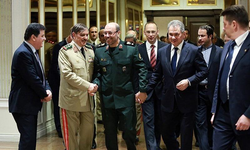 وزير الدفاع الإيراني، حسين دهقان والروسي سيرغي شويغو، والسوري، على اليسار فهد جاسم الفريج (وكالة تسنيم)