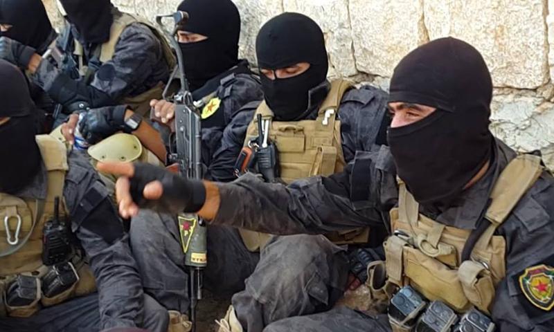 """عناصر من """"وحدات حماية الشعب"""" المنضوية في قوات """"سوريا الديمقراطية"""" في محيط مدينة منبج- حزيران 2016 (إنترنت)"""