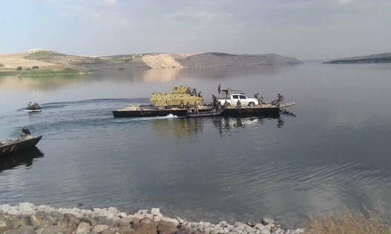 """نقل آليات وعربات تابعة لـ """"سوريا الديمقراطية"""" إلى الضفة الغربية من نهر الفرات في منطقة منبج، الخميس 2 حزيران (فيس بوك)"""