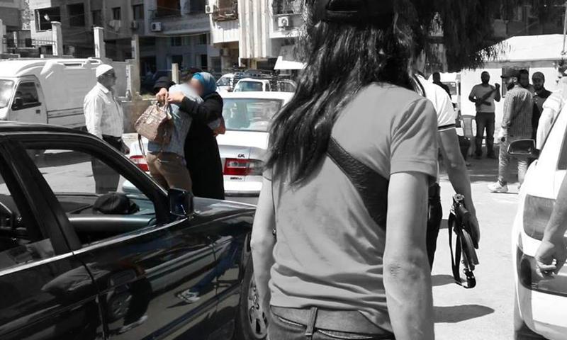 أثناء استقبال إحدى المفرج عنهن في حي برزة، الأحد 12 حزيران، تصوير: سارية أبو زيد.