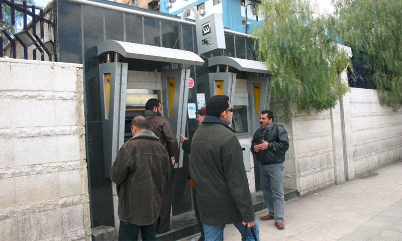 انتظار السوريون لقبض رواتبهم من المصارف(انترنت)