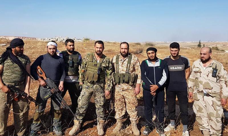 """الرائد ياسر عبد الرحيم، قائد غرفة عمليات """"فتح حلب"""" يتوسط مجموعة من المقاتلين في منطقة حندرات، أيار 2016."""