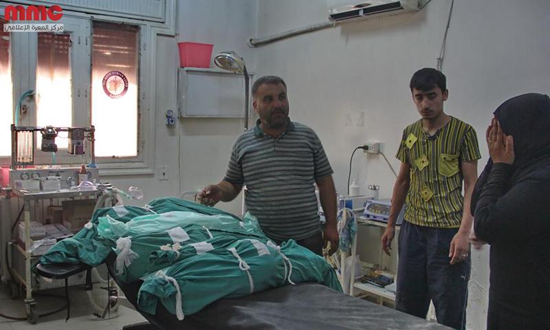 أربعة أطفال إلى جانب والدتهم قضوا بغارات جوية على معرة النعمان، الأحد 12 حزيران (مركز المعرة الإعلامي)