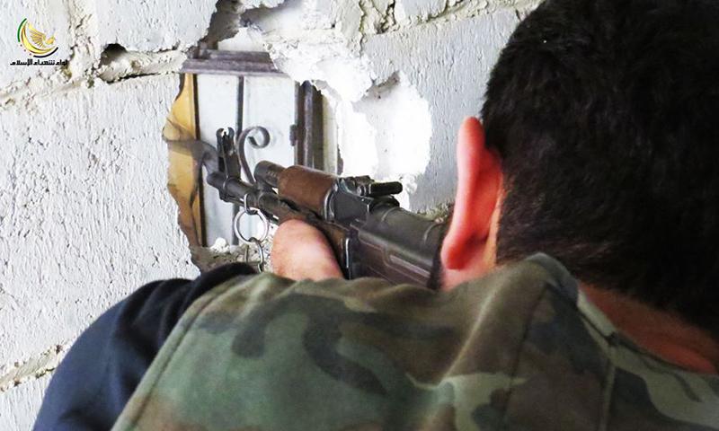 """أرشيفية- مقاتل من """"الجيش الحر"""" على أحد جبهات داريا لواء شهداء الإسلام)"""