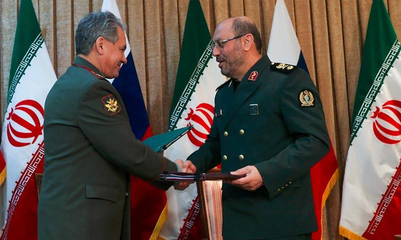 وزير الدفاع الإيراني، حسين دقان، والروسي، سيرغي شويغو. - 14 نيسان 2015 (وكالة تاس الروسية)
