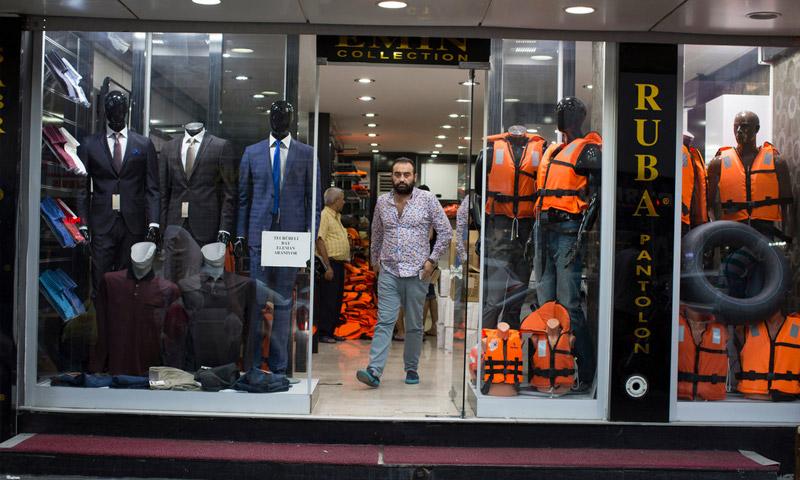 محل ألبسة يبيع ستر نجاة للاجئين عبر البحر في أزمير التركية (إنترنت)