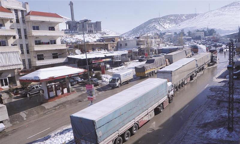 شاحنات بضائع لبنانية عند الحدود، تستعد لدخول سوريا (السفير)
