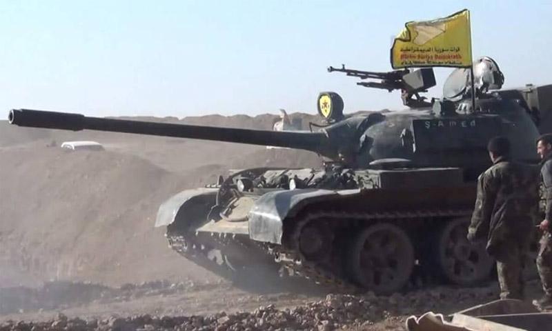 مقاتلون من قوات سوريا الديمقراطية على أطراف منبج (رويترز)