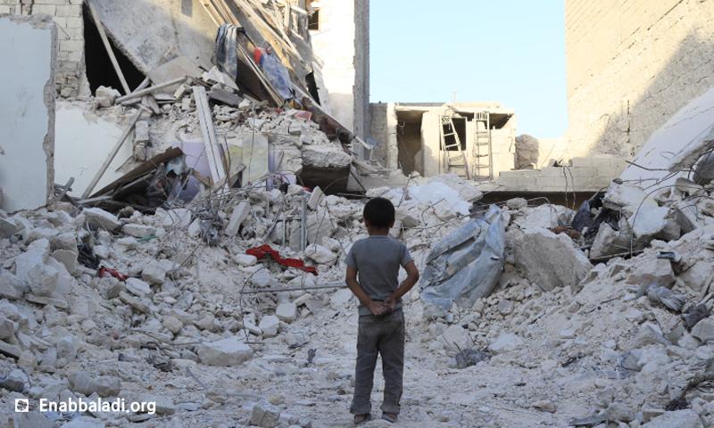 طفل يقف على أطلال منزله المدمر في حي الصالحين في مدينة حلب، السبت 4 حزيران (عنب بلدي).