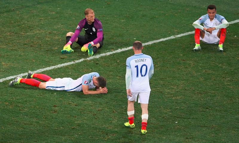 حسرة لاعبي انكلترا بعد الخروج من يورو 2016(theguardian)