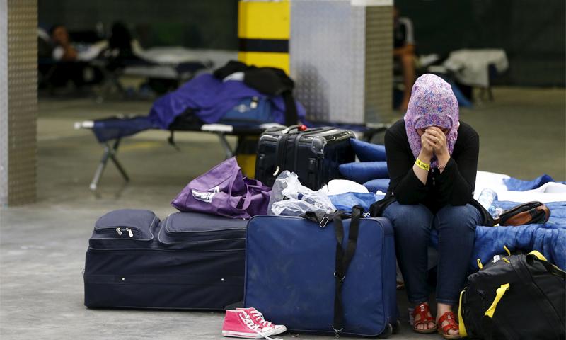 امرأة تبكي في مركز لتسجيل اللاجئين في فرانكفورت الألمانية- أيلول 2015 (رويتز)