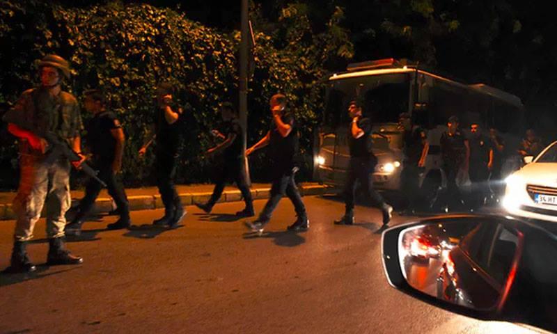 عناصر من الجيش التركي والشرطة في شوارع اسطنبول (إنترنت)