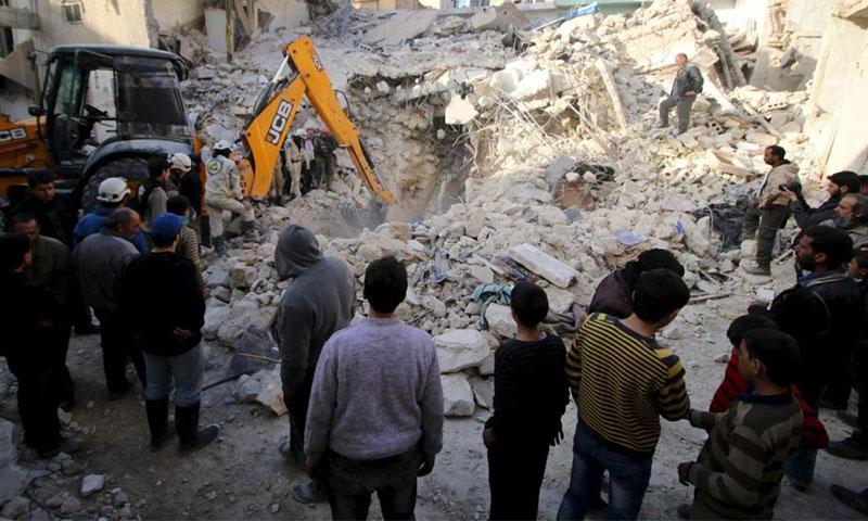 رجال الدفاع المدني يبحثون عن ناجين بين ركام منازل تهدمت بسبب القصف على حلب (إنترنت)