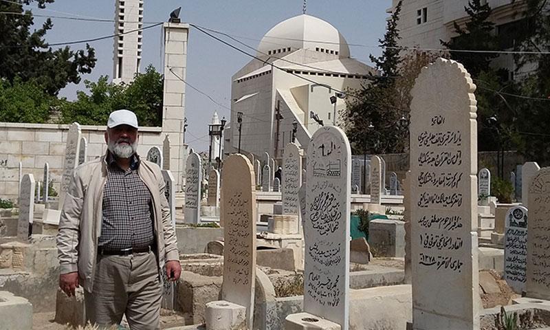 """العميد الإيراني محمد رضا نقدي في مقبرة """"باب الصغير"""" في مدينة دمشق (بسيج)"""