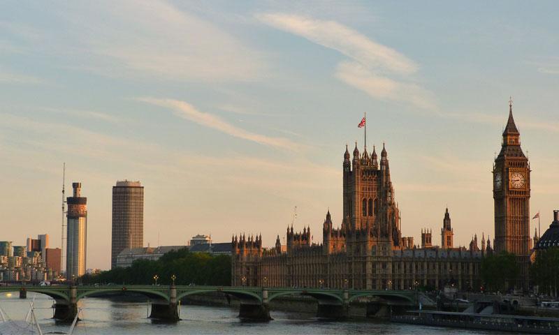 قصر وستمنستر، مقر مجلسي برلمان المملكة المتحدة (إنترنت