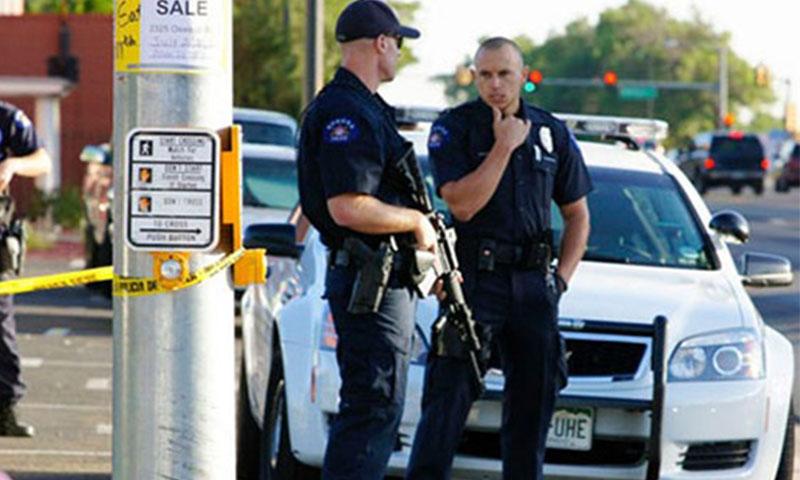 رجلا شرطة في موقع إطلاق النار من قبل قناصة في دالاس الأمريكية - 8 تموز (رويترز)