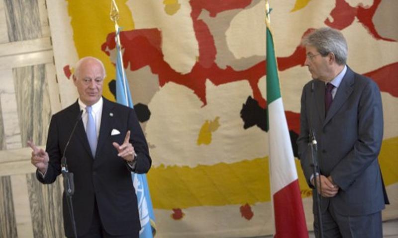وزير الخارجية الإيطالي، باولو جينيتلوني، ودي ميستورا 11 تموز (AFP)