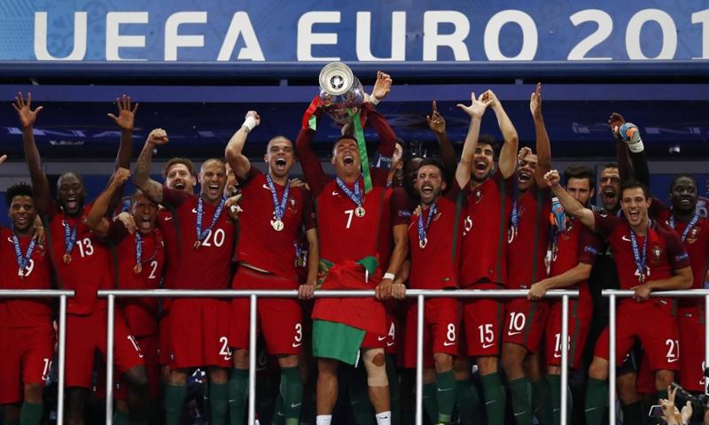 اثناء تتويج المنتخب البرنغالي بلقب يورو 2016 (انترنت)