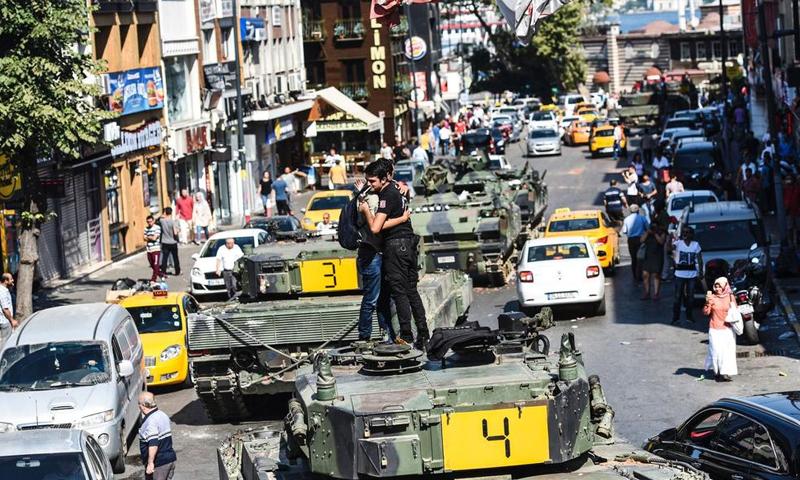 شابان يعانقان بعضهما فوق دبابة في اسكودار باسطنبول - 16 تموز 2016 (AFP)