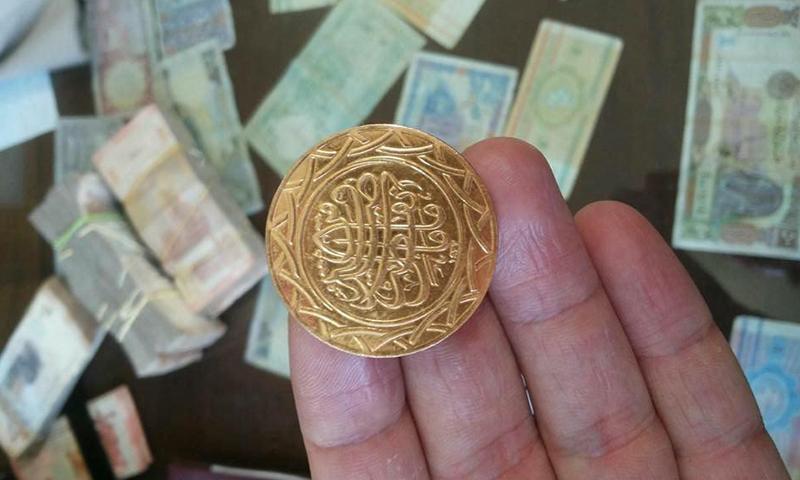 """عملة ذهبية جديدة يتداولها تنظيم """"الدولة الإسلامية"""" (الرقة تذبح بصمت)"""