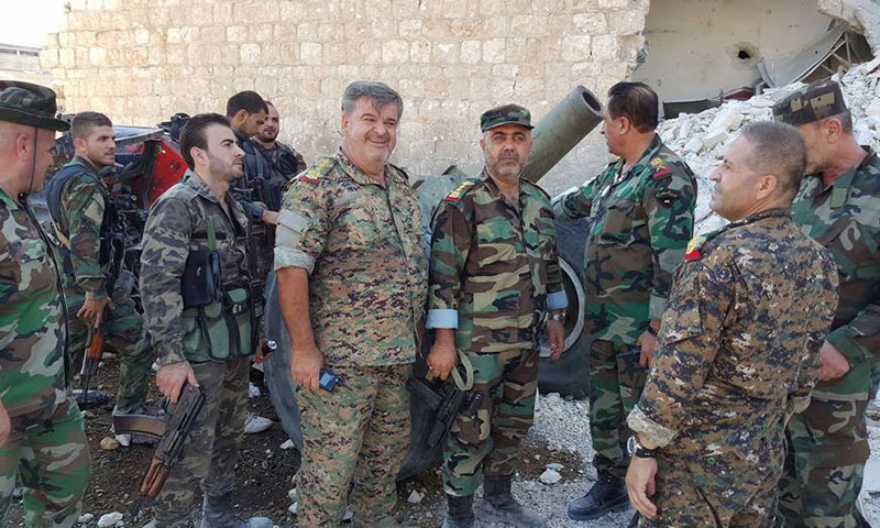 ضباط وجنود من قوات الأسد في حي بني زيد بمدينة حلب- الخميس 28 تموز (دمشق الآن)