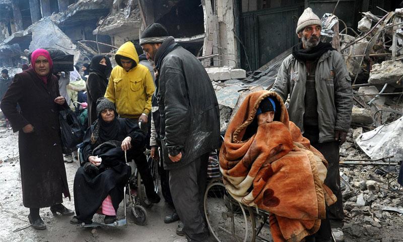 محاصرون في مخيم اليرموك بانتظار دخول المساعدات الأممية (إنترنت)