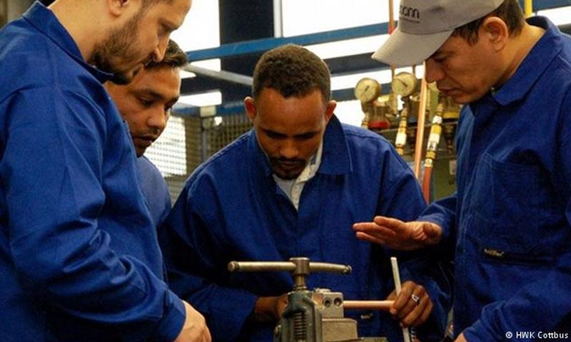 لاجئون يعملون في ألمانيا (موقع DW)