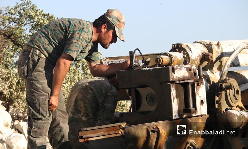 مقاتل في صفوف المعارضة يحضر لإطلاق قذائف في ريف اللاذقية - الاثنين 27 حزيران (عنب بلدي)