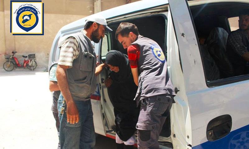 عناصر الدفاع المدني يسعفون جرحى حوش نصري بريف دمشق - الأحد 17 تموز (إنترنت)