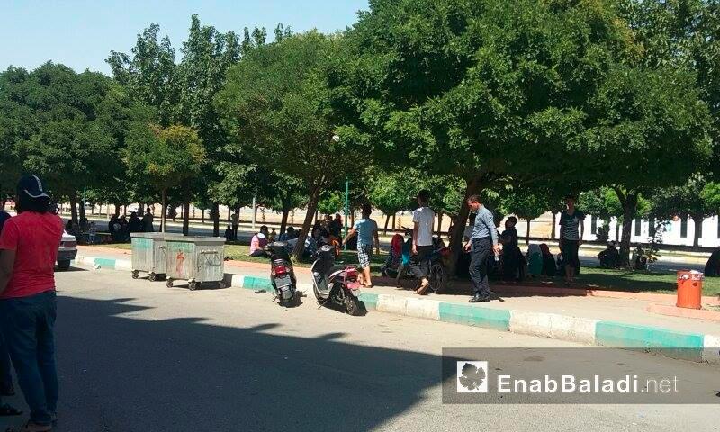 سوريون ينتظرون أمام مركز تنسيق أمورهم في أورفة التركية - الاثنين 18 تموز (عنب بلدي)