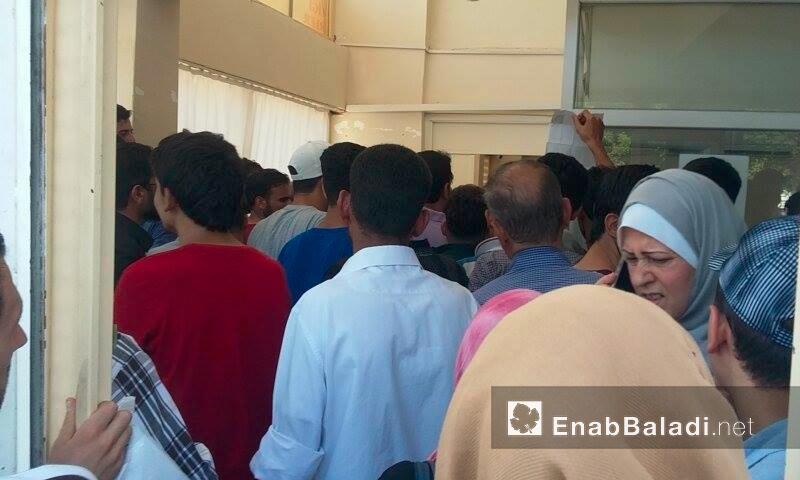 """سوريون داخل مركز منح """"الكيمليك"""" في أورفة التركية - الاثنين 18 تموز (عنب بلدي)"""