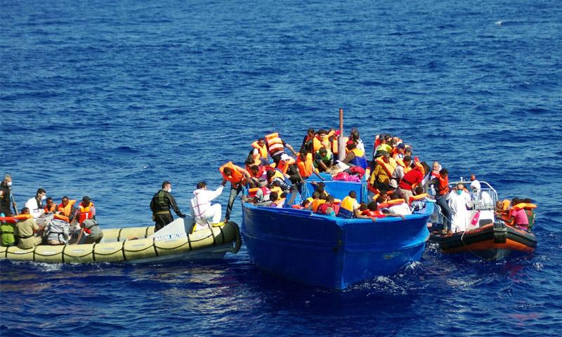 تعبيرية: مهاجرون داخل قارب في البحر المتوسط (AFP)