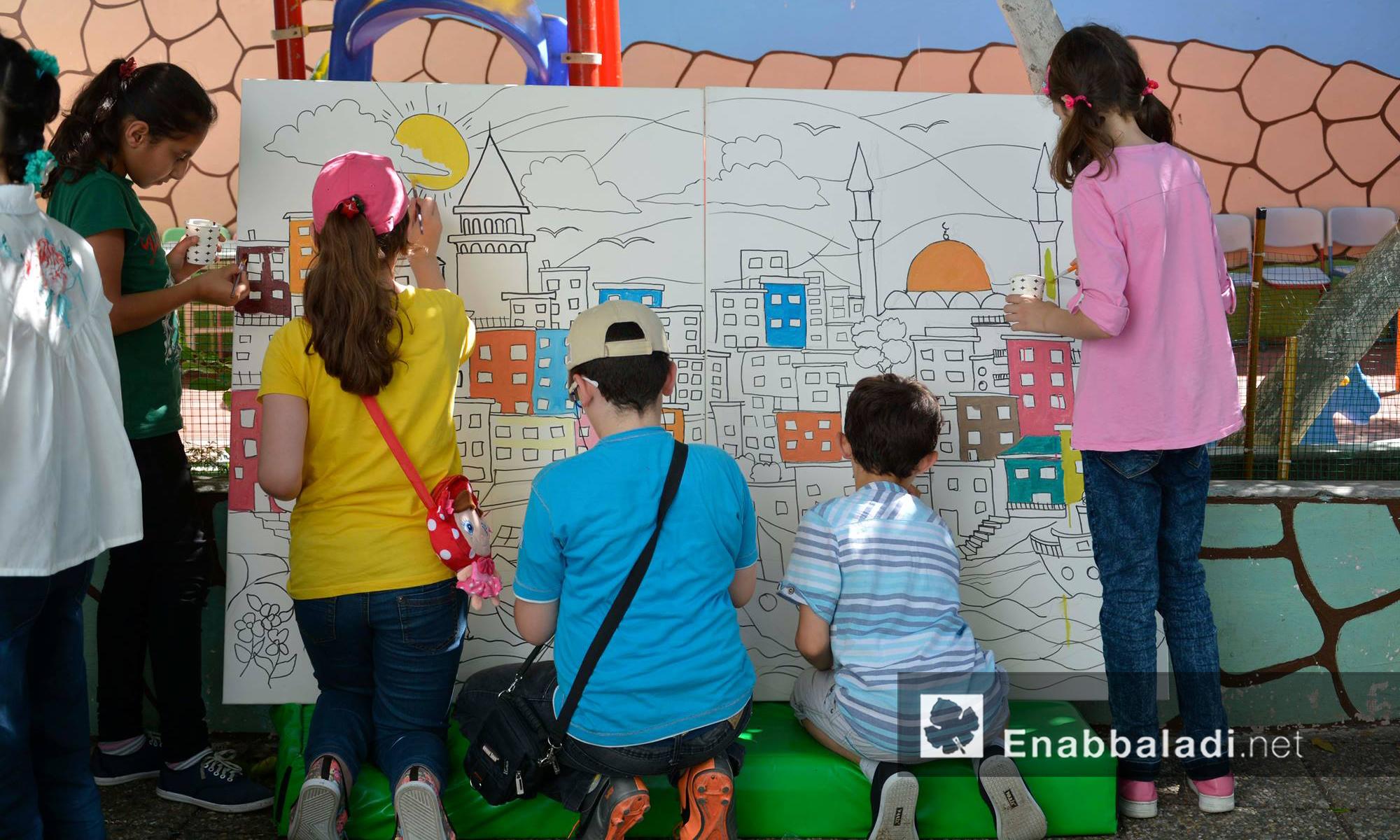 """أطفال سوريون يرسمون ضمن نشاط """"سلامتك اسطنبول"""" - الأحد 3 تموز (عنب بلدي)"""