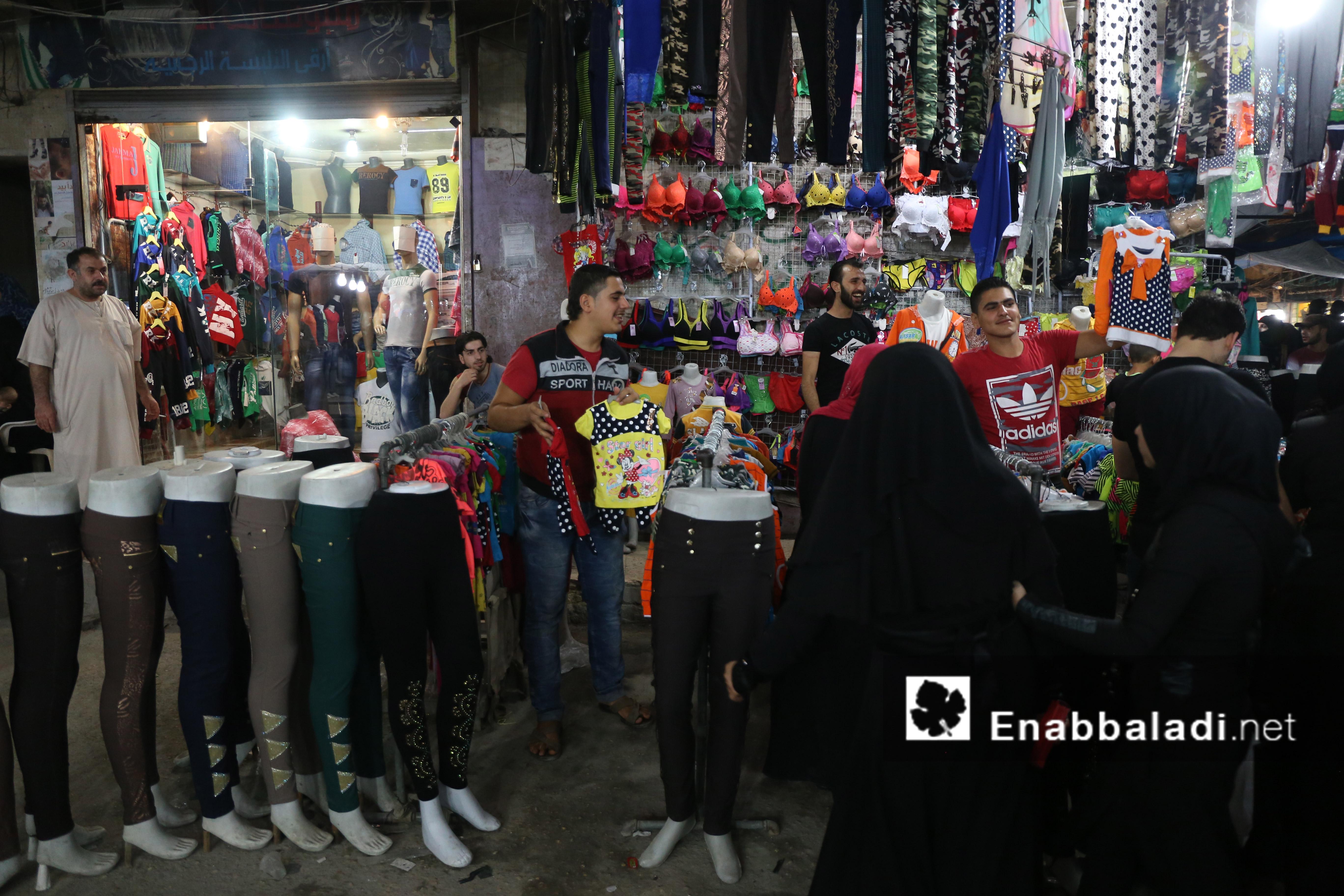 سيدات أمام متجر للألبسة النسائية في أحد أسواق حلب - 4 تموز 2016 (عنب بلدي)