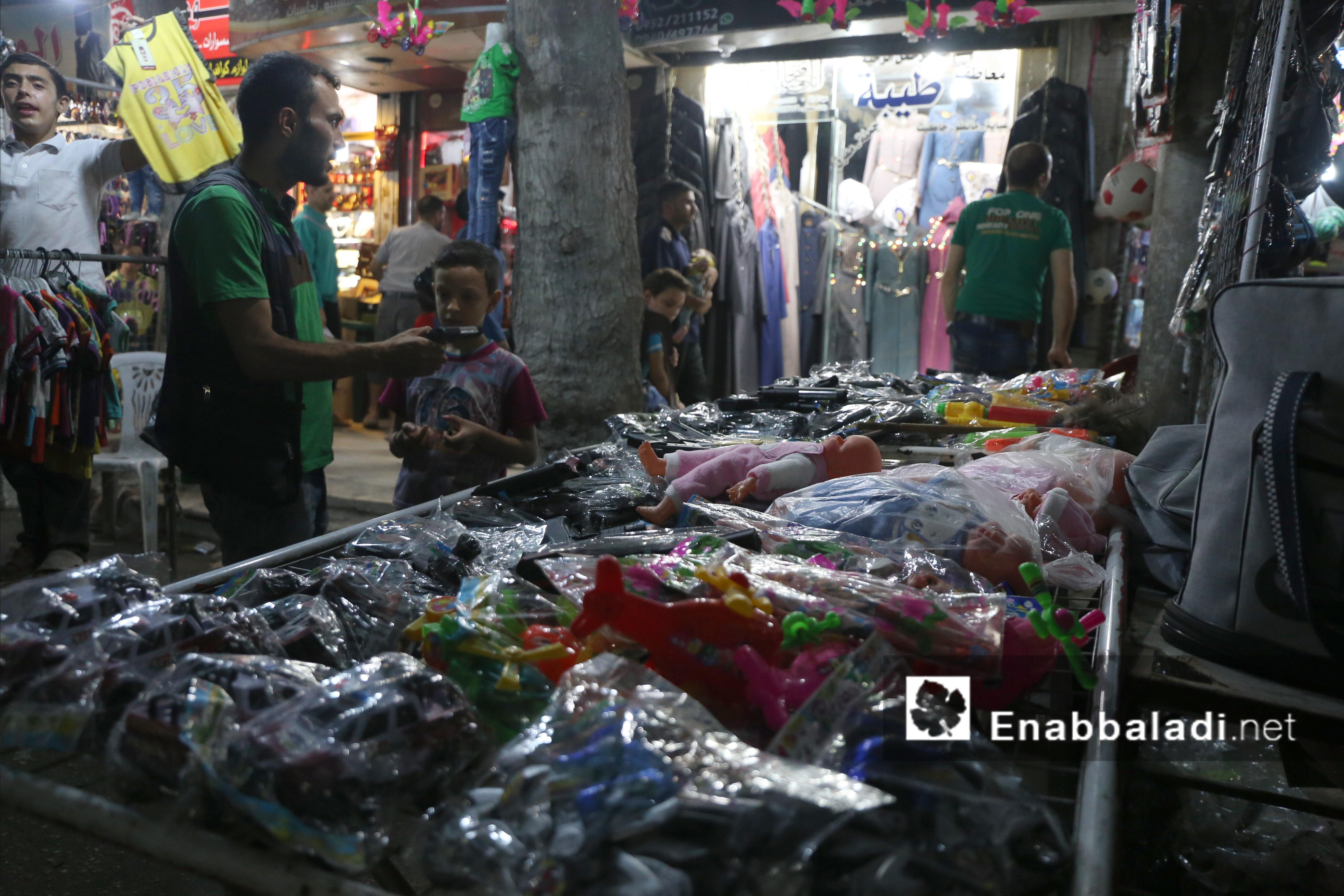 """""""بسطة"""" لبيع ألعاب الأطفال في العيد في أحد أسواق حلب - 4 تموز 2016 (عنب بلدي)"""