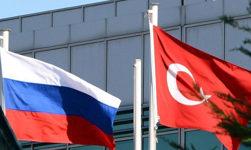 العلم التركي (يسار) إلى جوار العلم الروسي (إنترنت)