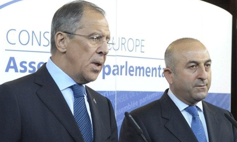وزير الخارجية التركي، جاويش أوغلو (يسار) ونظيره الروسي سيرغي لافروف (رويترز)