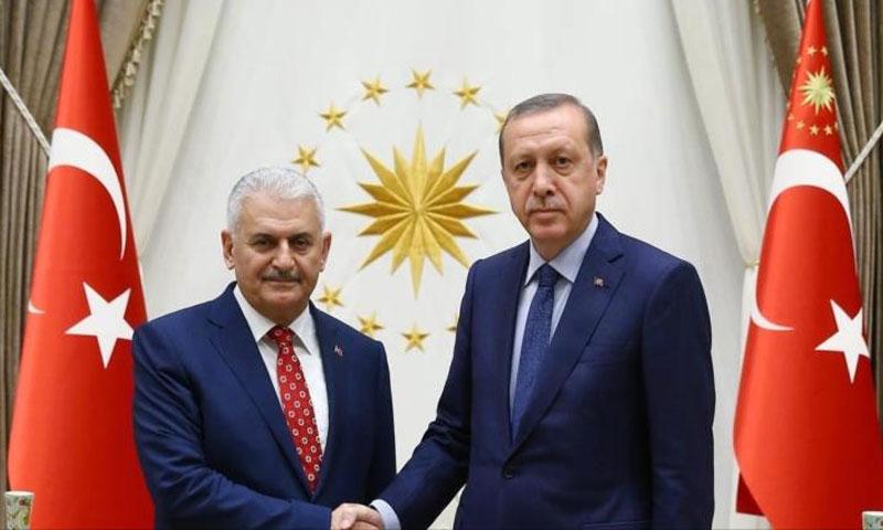 الرئيس التركي رجب طيب أردوغان ورئيس وزارئه بن علي يلدريم (إنترنت)