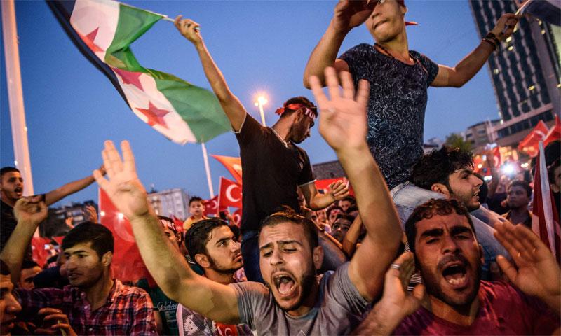 مظاهرات في ساحة تقسيم بمدينة اسطنبول التركية لسوريين يشاركون أتراك أفراحهم بفشل الانقلاب - (المصور أوزان كوسي - ِAFP