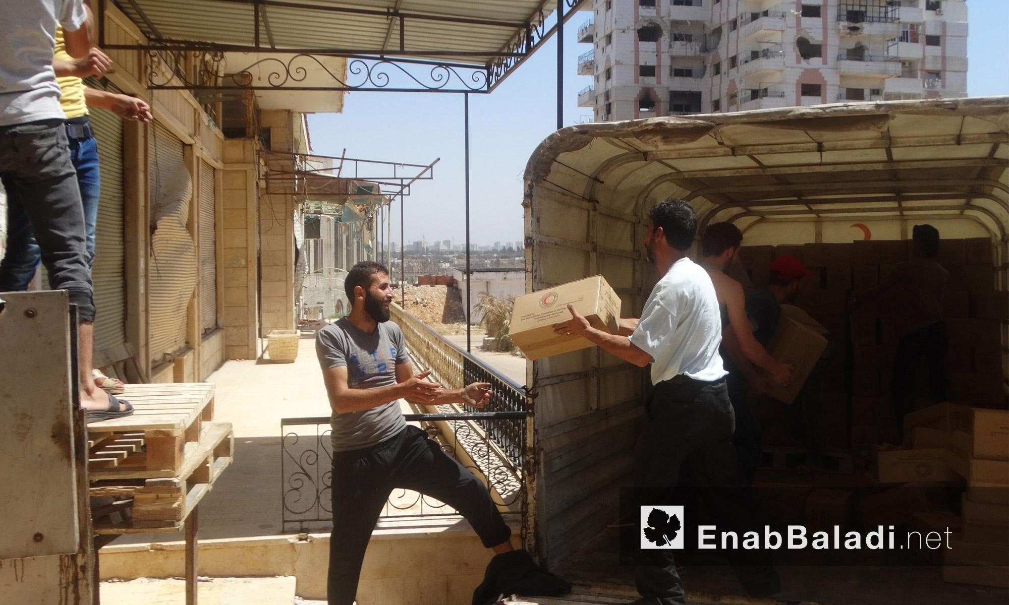 مساعدات غذائية تدخل حي الوعر في حمص - الاثنين 18 تموز (عنب بلدي)