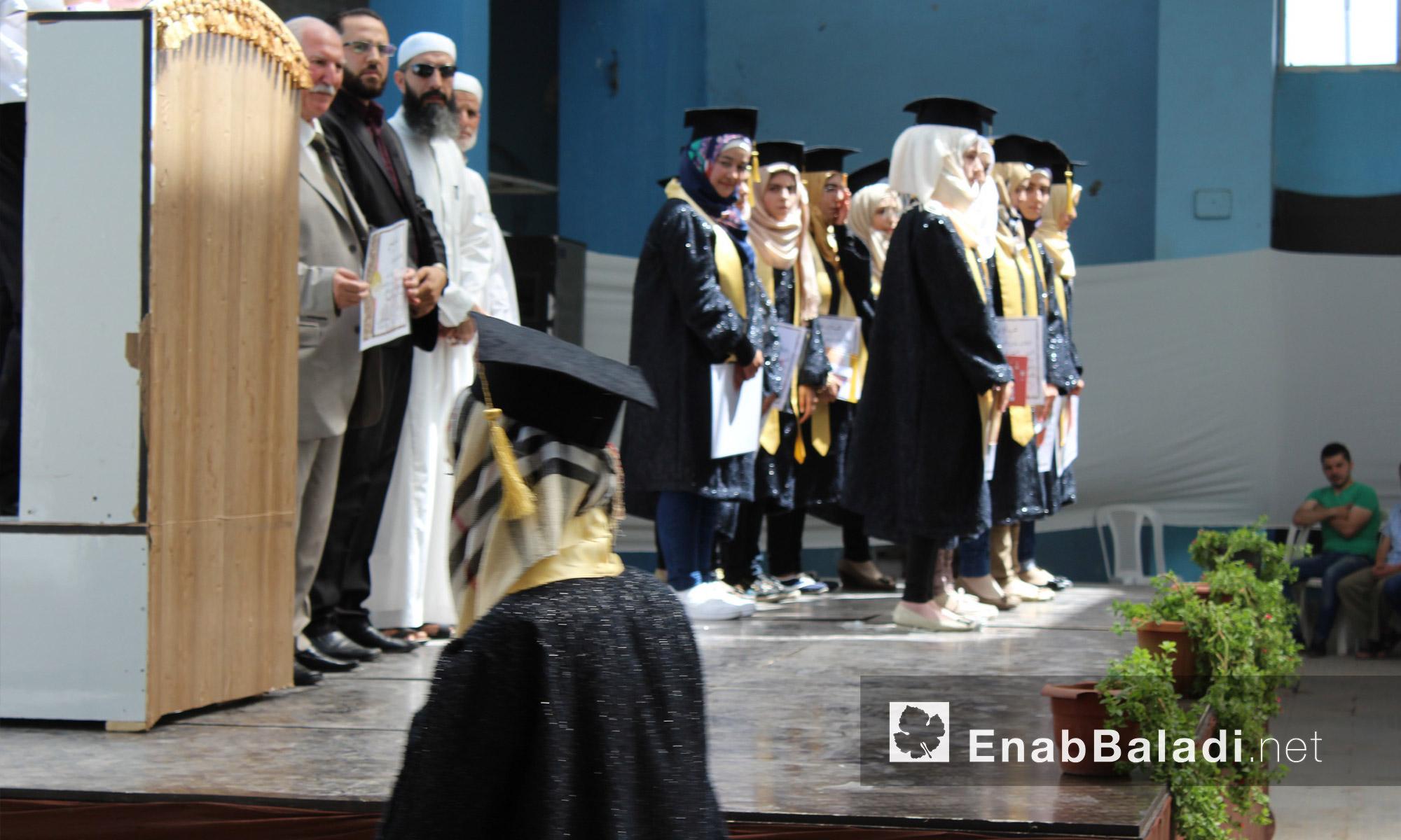 """من حفل تكريم طلاب مجموعة """"علمني"""" التعليمية في حي الوعر المحاصر بحمص - الاثنين 25 تموز (عنب بلدي)"""