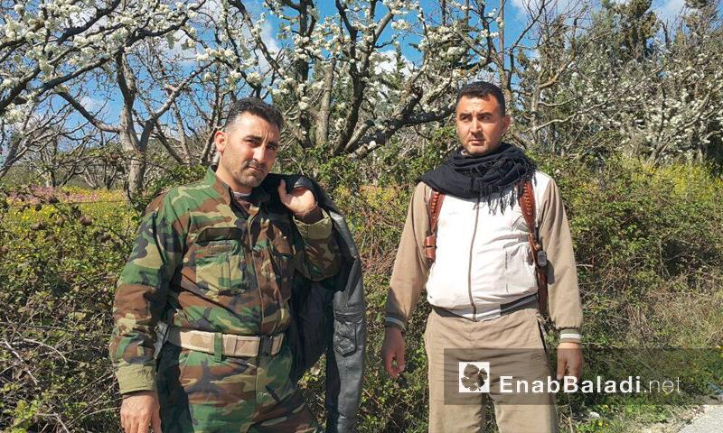 قائد اللواء 56 مشاة في الفرقة 13، زاهر الأحمد إلى يمين الصورة (عنب بلدي)