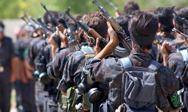 """مقاتلون في حركة """"أحرار الشام الإسلامية""""، خلال تدريب في غوطة دمشق الشرقية - حزيران 2015 (الأناضول)"""