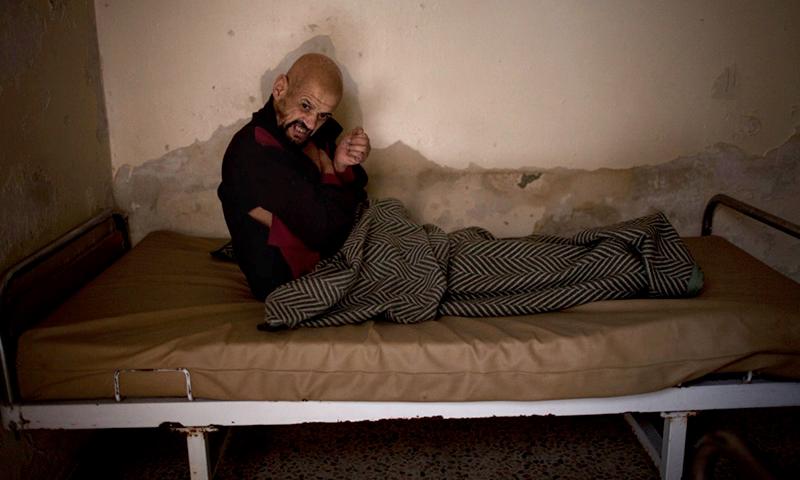 مريض في دار للعجزة في حلب القديمة - 18 كانون الأول 2012 (AFP)