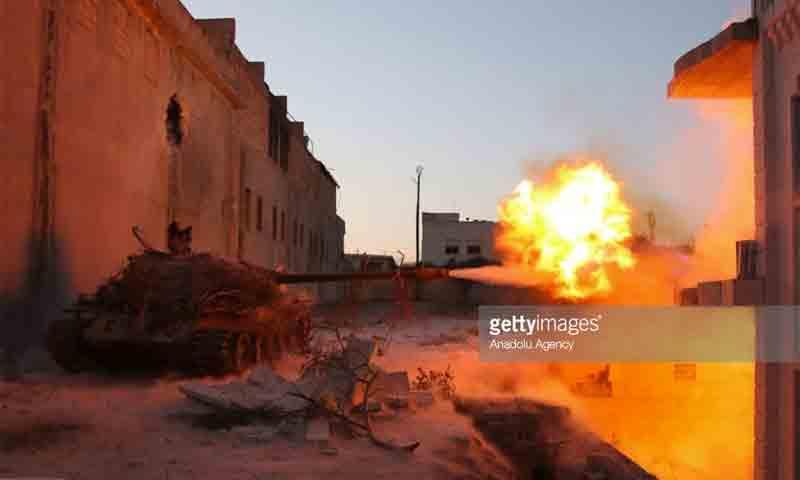 دبابة لمقاتلي المعارضة تستهدف مواقع قوات الأسد في جبهة الملاح شمال حلب - 10 تموز 2016 (مصطفى سلطان - الأناضول)