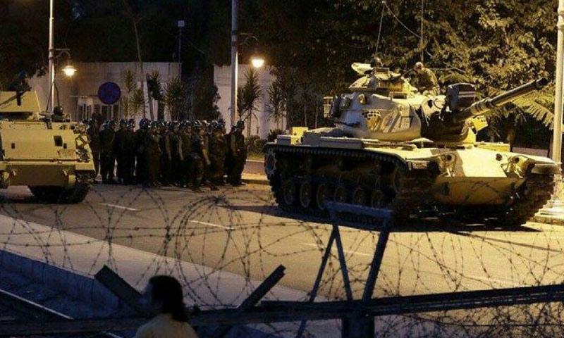 مقاتلون في الجيش التركي في أحد أحياء اسطنبول (إنترنت)